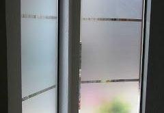 Einstiegsfenster mit Sichtfenster anstelle von Vorhängen. Lass uns den lig ...