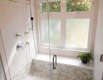 Endlich ... ein Beispiel, dass eine begehbare Dusche mit großem Fenster funktionieren kann!
