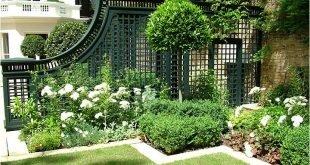 Gartenspalier in Schwarz, liebe es mit weißen Blüten und den abwechslungsreichen Texturen des Grüns