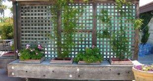 beweglicher Sichtschutzzaun auf Rollen mit eingebauten Pflanzgefäßen (könnte auch eine Bank sein)