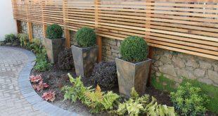 Cedar Latten-Screening erhöht die Privatsphäre im Terrassenbereich und bietet Pflanzgefäße ...
