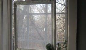 Fenster mit durchsichtigem Stoff zum Schutz der Privatsphäre am Fenster aufgehängt