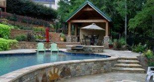 Der Swimmingpool als terrassenförmig angelegter, steiler Hang bietet Privatsphäre