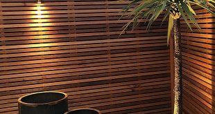 Cedar Screen, kreisförmige Corten-Pflanzgefäße, Palme, kupferne Außenleuchten London