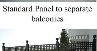 Standardgitterpaneele aus Holz, die zum Trennen mehrerer Balkone d ...