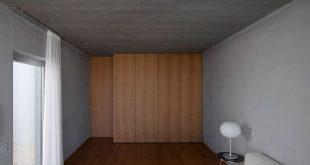 Die Schlafzimmer im Haupthaus befinden sich hinter einer Holzmauer und bieten ...