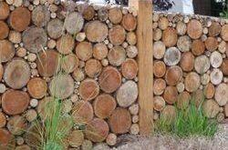 Fügen Sie Ihrem Garten Privatsphäre hinzu, indem Sie einen schönen Cordholzzaun errichten!