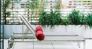 Für den Sichtschutz einer Junggesellenbodenterrasse stützen Edelstahlpfosten ...