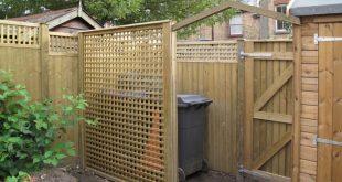 Gittergitter in voller Höhe, das rechtwinklig zum Zaun angebracht ist und ...