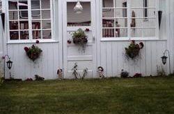 Mann und ich haben diesen Zaun aus alten Fenstern und einer Tür gemacht, ich liebe es !! Behalte es ...
