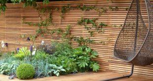 Sichtschutz Zaun Holz Material minimalistisch Rüben Pflanzen Parkett Sitz Schaukel