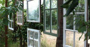 Alte Holzfenster verleihen Ihrer Terrasse oder Veranda etwas Privatsphäre.