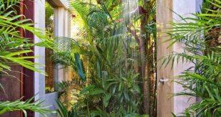 Außendusche mit tropischem Pflanzenschutz