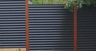Ein gewölbter Metall-Sichtschutzzaun ist eine sehr haltbare und moderne Option