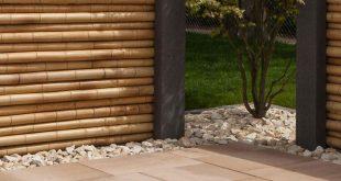 Moderner, asiatisch inspirierter Sichtschutz mit Bambuselementen. Privatsphäre ...