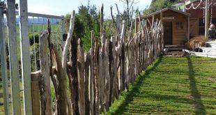 Schöner natürlicher Umweltzaun im Freien. Hier wird Treibholz verwendet. S ...