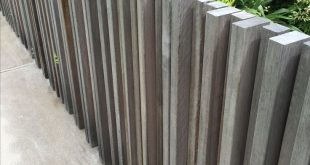 Zaun oder Bildschirm mit unterschiedlichen Holzplatten