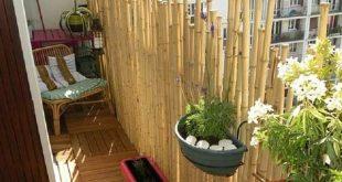 bambus balkon privatsphäre bambusstange sonnenschutz holzfliesen