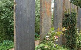 vertikale Steine im Garten .... LIEBE !! Es wäre sogar ROCK, wenn sie alle verschieden wären ...