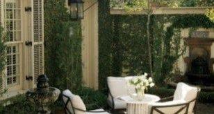 42 Eine gemütliche Terrasse im Hinterhof Frankreichs