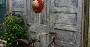 Alte Haustüren zusammengerahmt und entlang des Sichtschutzzauns errichtet. LawsonDesignz
