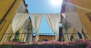 Balkon Sichtschutz mit langen Vorhängen