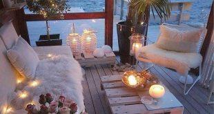 Dies sieht aus wie der perfekte Ort, um einen Abend zu verbringen - Kerzen, Meer ...