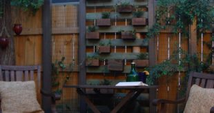 """Diese """"lebende Pflanzenwand"""" wurde aus zurückgeforderten Zaunpfählen und ..."""