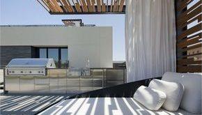 Eine moderne Pergola auf einer Dachterrasse
