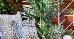 Gartenterrassendesign mit Korbstuhl und Pflanzengitter