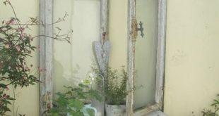 Jetzt haben wir ein altes Fenster, das wir an der Garagenwand unseres Nac haben