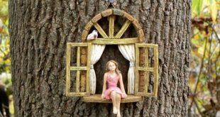 Minigarten MÄDCHEN ohne Flügel - Minigartenzusatz - Mädchen, das im Miniaturfenster, Zusatz für feenhaften Garten sitzt