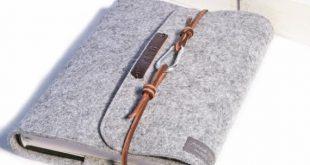 Personalisierte Kalenderhülle grau mit geprägten Namensbuchstaben auch für Notizbuchfilz mit brauner Lederschnur und Karabiner im Vintage-Stil