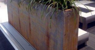 Pflanzgefäß aus Cortenstahl auf dem Deck Das Pflanzgefäß aus Cortenstahl ...