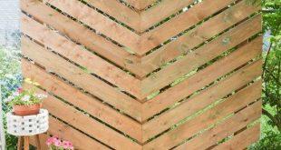 So erstellen Sie eine einfache Chevron Outdoor Privacy Wall - #backyard #Chevron ...