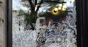Verschiedene handbemalte Schilder und ein Sichtfenster für ein Blumengeschäft in Seattle, Ve ...