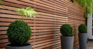 Bildschirm und luftiger Zaun in einer - Holzrasterwand