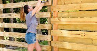 DIY horizontaler Palisadenzaun und Hinterhofumarbeitung. Erstellen Sie eine atemberaubende Kulisse für