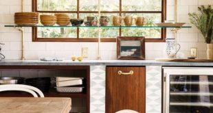 Offenes Regal vor einem Küchenfenster: Eine einzigartige und sonnige Aufbewahrungslösung